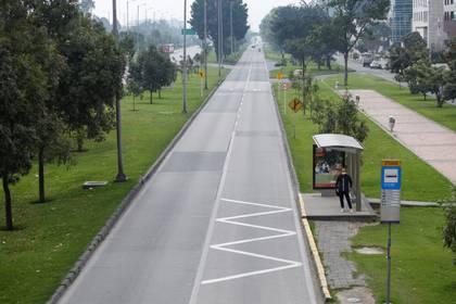 Un hombre espera en una paradero de autobús durante el aislamiento obligatorio de cuatro días decretado por la alcaldesa de Bogotá, como medida preventiva contra la propagación del coronavirus en Bogotá, Colombia , 20 de marzo, 2020. REUTERS/Leonardo Muñoz. NO VENTA NO ARCHIVO