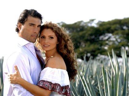 """Eduardo Yáñez y Angélica Rivera en la telenovela """"Destilando Amor"""" (Foto: Twitter)"""