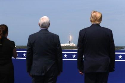 El presidente de los Estados Unidos Donald Trump, el vicepresidente de los Estados Unidos Mike Pence y su esposa Karen Pence observan el lanzamiento de un cohete SpaceX Falcon 9 y la nave espacial Crew Dragon en la misión SpaceX Demo-2 de la NASA