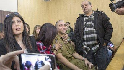 Azaria estuvo acompañado por su familia durante la lectura de la sentencia (AFP)