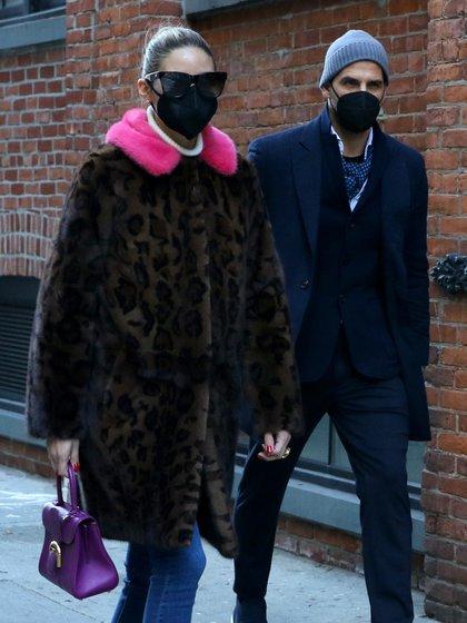 Olivia Palermo y su esposo, Johannes Huebl, dieron un romántico paseo por Nueva York. La actriz lució un tapado animal print de piel con detalles fucsias en su cuello, y acompañó su look con una cartera violeta. El modelo, por su parte, vistió un traje elegante y un pañuelo de seda en su garganta. Ambos llevaron puestos sus respectivos tapabocas