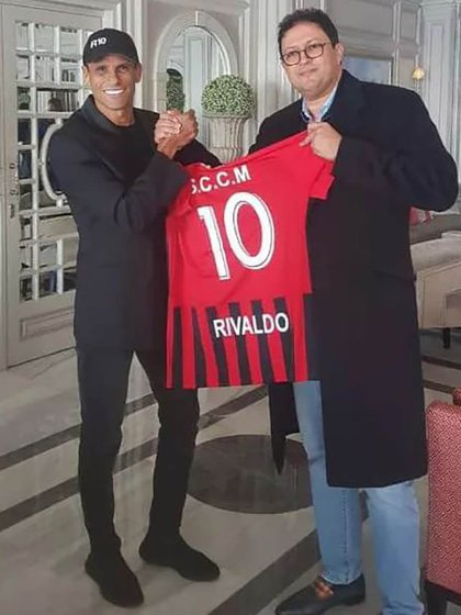 Rivaldo junto al presidente del club