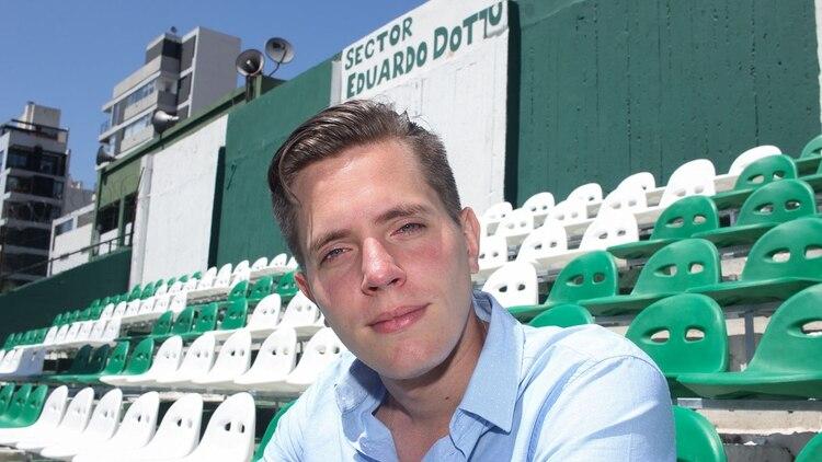 Javier se hizo hincha del club a los 12 y 14 años después ya lo preside. Estudió Ciencias Políticas y discute con pares que lo doblan en edad (Foto: Matías Baglietto)