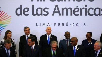 Mike Pence (centro de la foto, arriba) en la VIII Cumbre, en Lima el 14 de abril de 2018 (REUTERS/Ivan Alvarado)