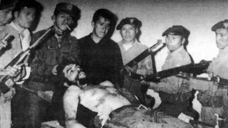 El cadáver del Che fue llevado a Vallegrande y puesto sobre una pileta del lavadero del hospital local. Todavía tenía los ojos abiertos. El desfile para verlo duró horas: los oficiales y soldados se repartieron mechones de su pelo como botín de guerra