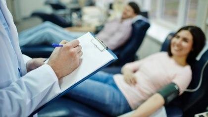 La donación de sangre no solo salva la vida de las personas que necesitan una transfusión, sino que puede detectar enfermedades desconocidas y evitar el riesgo de muerte en el mismo donante (Getty Images)
