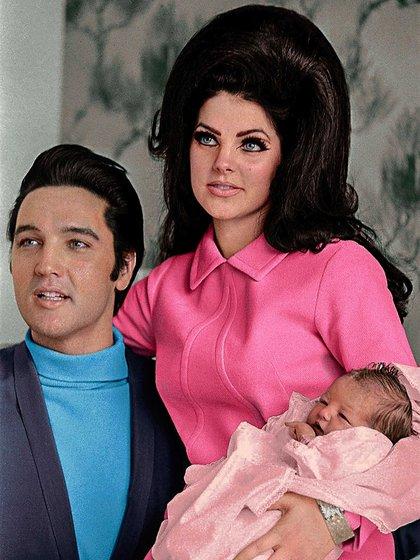 Elvis Presley y Priscilla Presley junto a su hija Lisa Marie