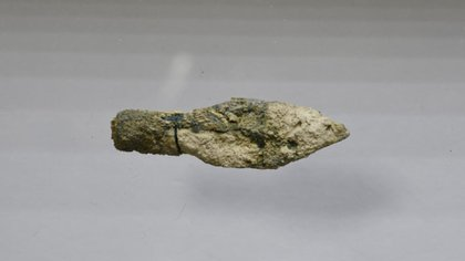 La punta de una flecha encontrada en la excavación arqueológica en curso en el Monte Sión en Jerusalén.