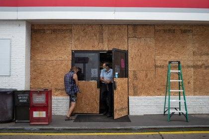 Un comercio cubierto de paneles de protección en Galveston, Texas, este 26 de agosto de 2020. REUTERS/Adrees Latif