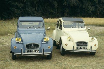 Con el cambio en los faros, el 2CV de 1980 y el tradicional.