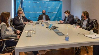 De la reunión con la misión de técnicos del FMI en el Palacio de Hacienda participaron (de izquierda a derecha) Julie Kosak, Miguel Pesce, Martín Guzmán, Sergio Chodos y Luis Cubeddu.