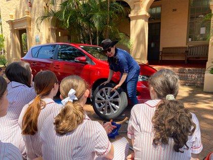El curso fue organizado en conjunto con Galmatic, una institución que se dedica a promover el aprendizaje de los cuidados del automóvil y fue dictado también por mujeres