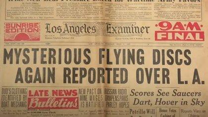 Otro titular, esta vez de Los Angeles Examiner, habla sobre la presencia de ovnis en el estado de California