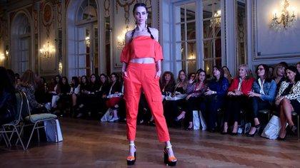 Crop top y pantalón cargo en rojo, la propuesta ready to wear de Laurencio Adot