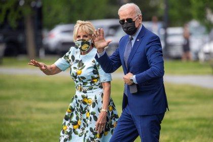 El presidente estadounidense Joe Biden y la primera dama Jill Biden caminan hacia el Marine One en la Casa Blanca en Washington, DC, Estados Unidos, EFE / EPA / SHAWN THEW
