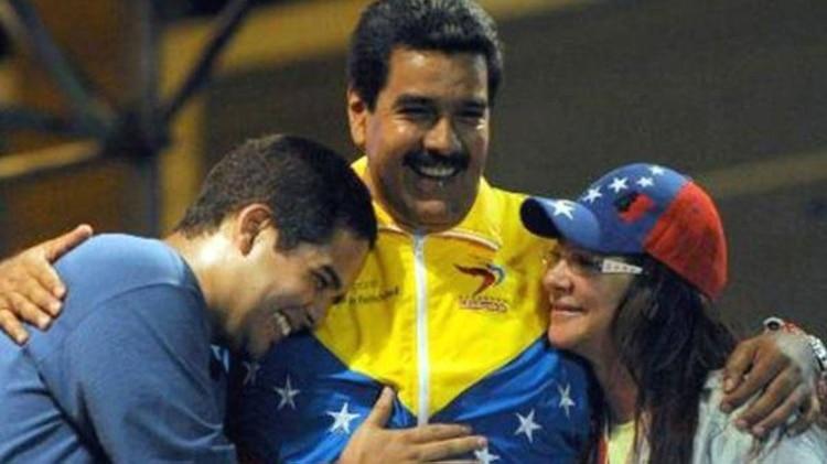 Nicolas Maduro Guerra junto a su padre y a Cilia Flores