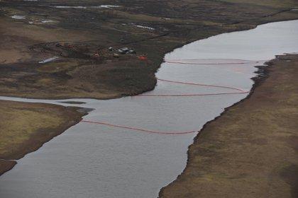 Los trabajos tras la fuga de 21,000 toneladas de diesel de la planta de energía de Nornickel  (Deartamento de Relaciones Públicas de MMC Norilsk Nickel via REUTERS)