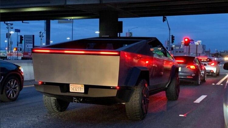 La futurista camioneta de Tesla ha llamado la atención de las personas en las avenidas angelinas por su gran tamaño y velocidad. (Foto: Twitter)