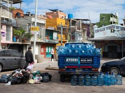 El gobierno porteño y Aysa enviaron camiones cisterna para abastecer a los hogares de la Villa 31