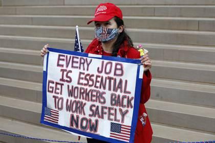 """""""Todo trabajo es esencial"""", señala el cartel de una manifestante (AFP)"""