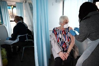 Una mujer es vacunada en Londres (REUTERS/Henry Nicholls)