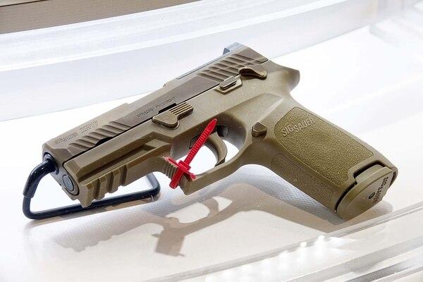 La pistola está fabricada parcialmente en polímero, un plástico especial que se hizo mundialmente famoso en las pistolas austriacas Glock