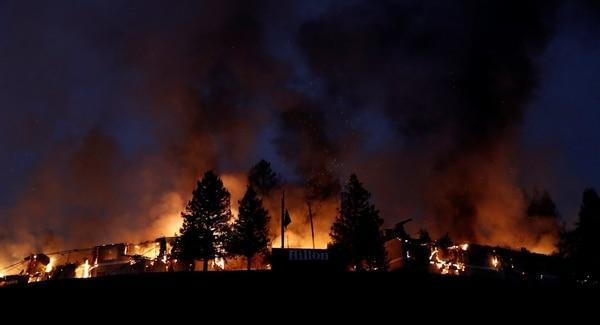 Llamas y humo en el hotel Hilton de Sonoma (Reuters)