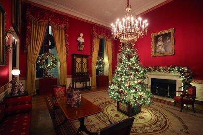 Un pequeño árbol de Navidad decorado se encuentra en la Sala Roja de la Casa Blanca el 2 de diciembre de 2019 en Washington, DC. Mark Wilson / Getty Images / AFP