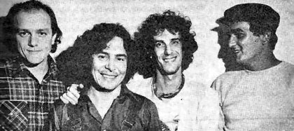 Rodolfo García, abrazado por Luis Alberto Spinetta; a su derecha, Del Guercio; del otro lado, Edelmiro Molinari. Almendra