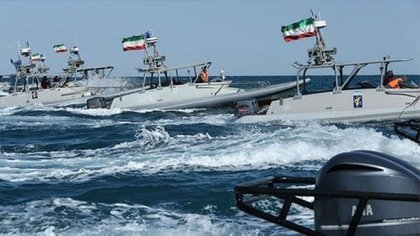 Lanchas rápidas iraníes en el estrecho de Ormuz