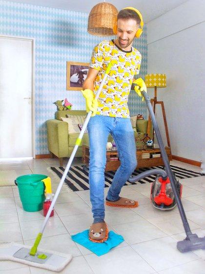 El creador de @soyamodecasa con sus esenciales de la limpieza. Comparte sus consejos en su cuenta de Instagram