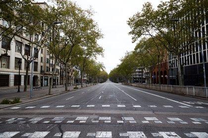 Vista de la Gran Vía de Barcelona vacía durante el estado de alarma por pandemia de coronavirus. EFE/Alejandro García/Archivo