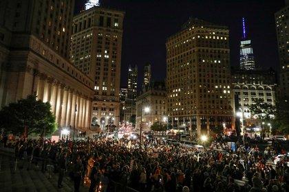 """Una multitud reunida en Washington en una vigilia por la muerte de """"RBG"""" (Reuters)"""