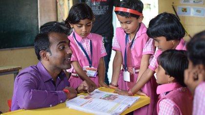 Ranjitsinh da clases en una aldea india