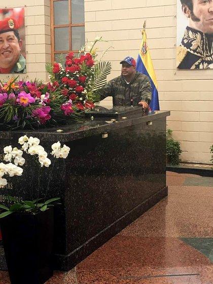 Silva en la tumba de Hugo Chávez (Twitter: @Miguelsilva_p)