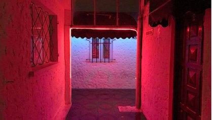 Los pasillos están iluminados con una luz tenue. De fondo, siempre suena cumbia (Infobae)