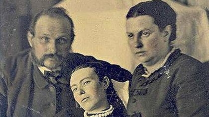Una joven fallecida, retratada junto con sus padres. La larga exposición que exigía el daguerrotipo hace que los vivos aparezcan más borrosos que ella