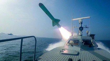 En esta foto publicada el martes 28 de julio de 2020 por Sepahnews, una lancha rápida de la Guardia Revolucionaria dispara un misil durante un ejercicio militar (AP)