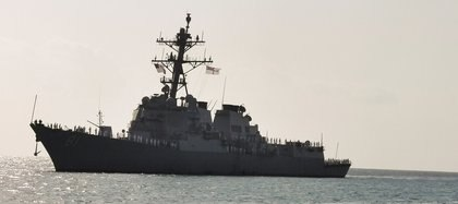 El destructor estadounidense USS Winston S. Churchill arribando a Puerto Sudán (REUTERS/El Tayeb Siddiq)