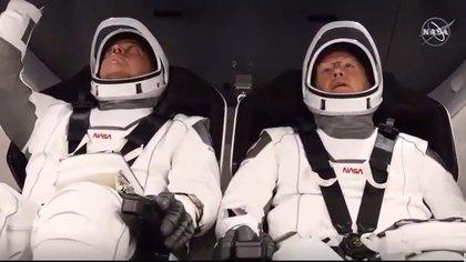 Los astronautas Bob Behnken y Doug Hurley alistan los instrumentos para el comienzo del despegue en el Centro Espacial Kennedy, en Florida (AFP)