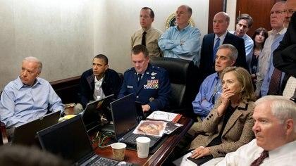 El presidente Barack Obama y el vicepresidente Joe Biden, junto con los miembros del equipo de seguridad nacional, reciben infoarmación sobre la misión contra Osama bin Laden en la Sala de Situación de la Casa Blanca, 1 de mayo de 2011. Se ve un documento clasificado en esta fotografía que ha sido oscurecido. (Foto oficial de la Casa Blanca por Pete Souza)