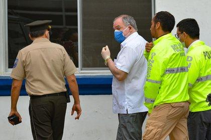 Bucaram, es escoltado a la Unidad de Flagrancia, tras ser detenido en su residencia en Guayaquil, en junio (EFE)