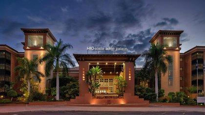 El frente del hotel aislado por un caso de coronavirus