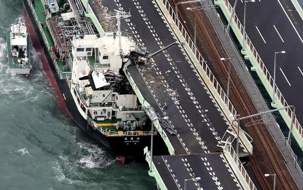 Un buque se estrelló contra un puente en la ciudad deOsaka. (Kentaro Ikushima/Mainichi Newspaper via AP)