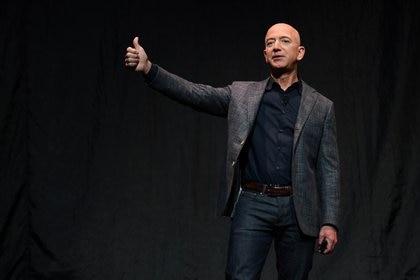 El fundador, presidente y director ejecutivo de Amazon, Jeff Bezos, levanta el pulgar mientras habla durante un evento sobre los planes de exploración espacial de Blue Origin en Washington, en mayo de 2019 (Reuters)