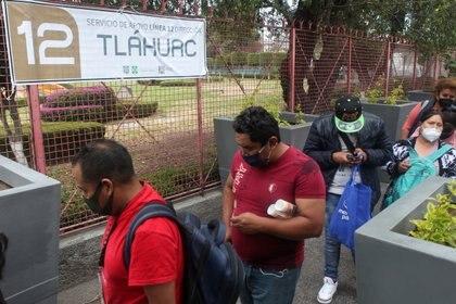 Usuarios en la estación Zapata esperando el transporte de apoyo con dirección a Tláhuac. Ciudad de México, mayo 12, 2021. Foto: Karina Hernández / Infobae