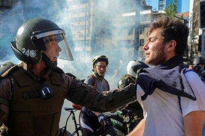 Un miembro de las fuerzas de seguridad toma a un manifestante durante una protesta contra el gobierno en Providencia (REUTERS/Pablo Sanhueza)