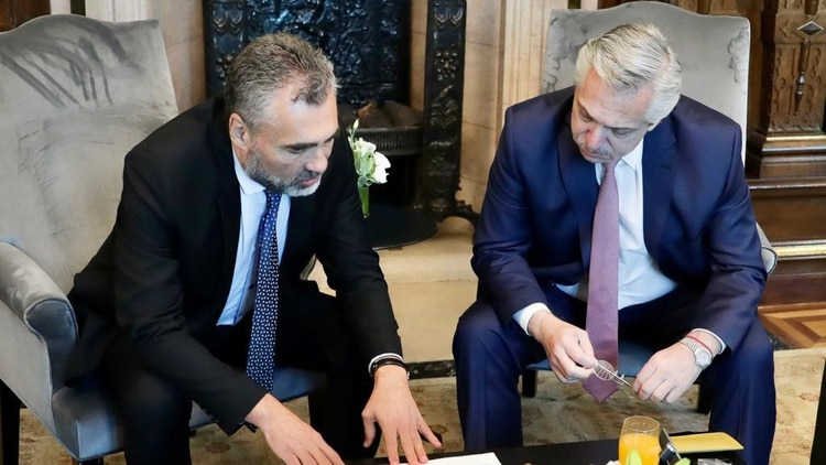 Alberto Fernández con Alejandro Vanoli, director del Anses y uno de los funcionarios que quedaron en el ojo de la tormenta luego del caos en los bancos