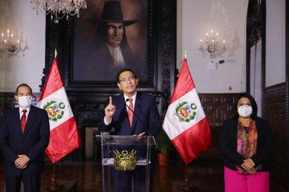 Fotografía cedida por la Presidencia peruana que muestra al presidente de Perú, Martín Vizcarra (c), mientras ofrece un mensaje a la Nación en el Palacio de Gobierno, en Lima (Perú). EFE/ Andina Presidencia Del Perú