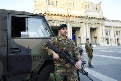 Soldados del ejército italiano patrullan las calles después de haber sido desplegados en la región de Lombardía para hacer cumplir el bloqueo contra la propagación de la enfermedad coronavirus (COVID-19) en Milán, Italia, el 21 de marzo de 2020. REUTERS/Daniele Mascolo